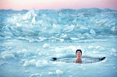lifespa-image-winter-swimming-ice-bath-man-brown-fat