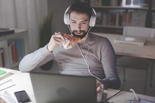lifespa-image-man-mindless-eating-pizza-computer-distracted-late-night-snack