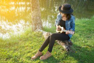 lifespa-image-woman-playing-guitar-outside-sound-music-therapy